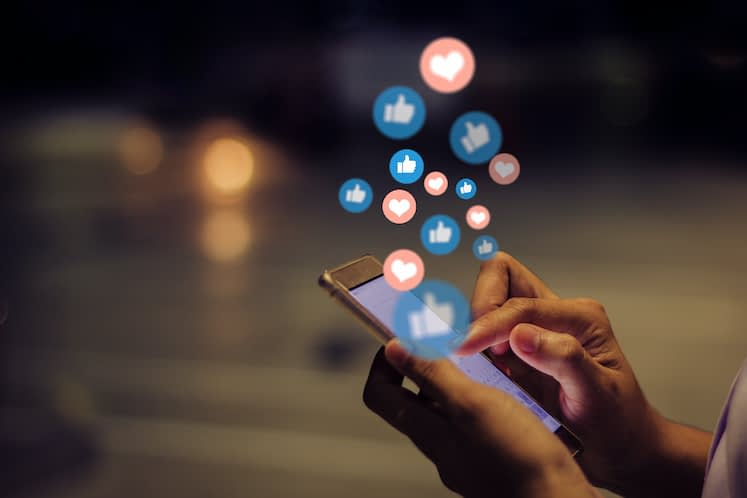 How do patients use social media after cataract surgery?