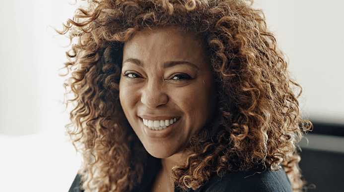 Elegant black woman with a balayage in her curls