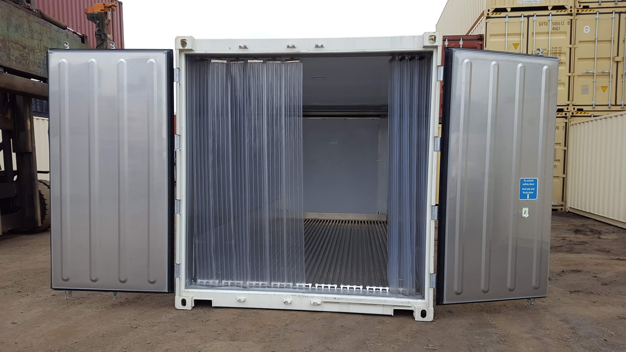 TRS Running refrigeration container with mylar strip curtain